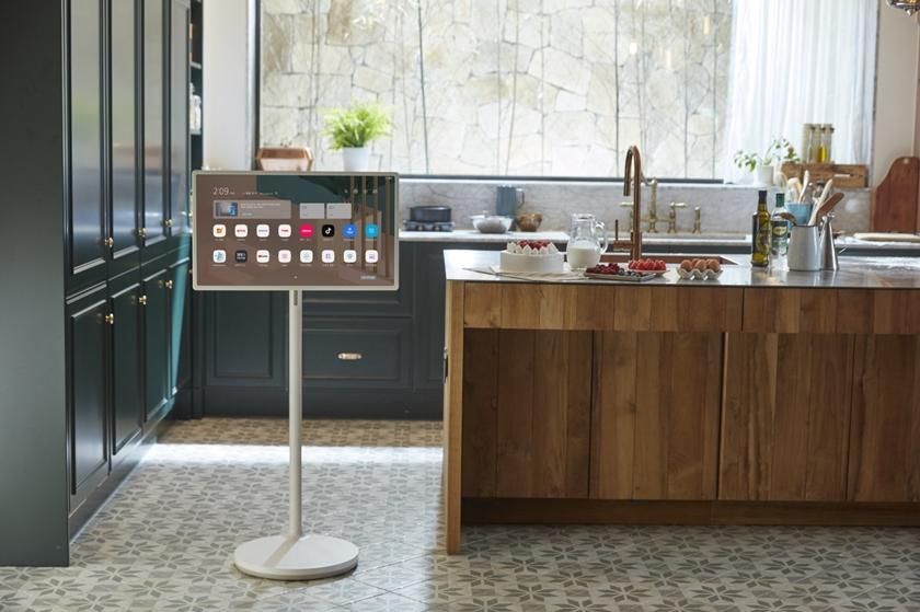 LG 스탠바이미가 집 안 주방에 배치되어 있는 모습.