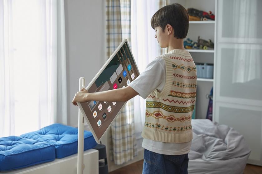 인체공학 디자인 등을 적용해 고객이 집 안에서 자유롭게 옮겨가며  사용할 수 있는 LG 스탠바이미 돌리는 모습