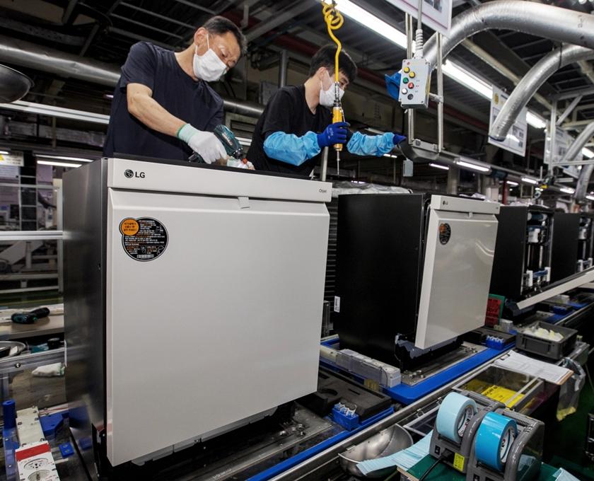 LG전자 직원들이 경남 창원시에 있는 식기세척기 생산라인에서 디오스 식기세척기 오브제컬렉션 (모델명: DUBJ2EA)을 생산하고 있는 모습.