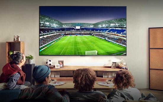 TV 앞에서 '집콕'하는 시간이 늘면서 더 편리하고 더 재미있는 기능을 갖춘 TV 를 찾는 사람이 늘어나고 있다