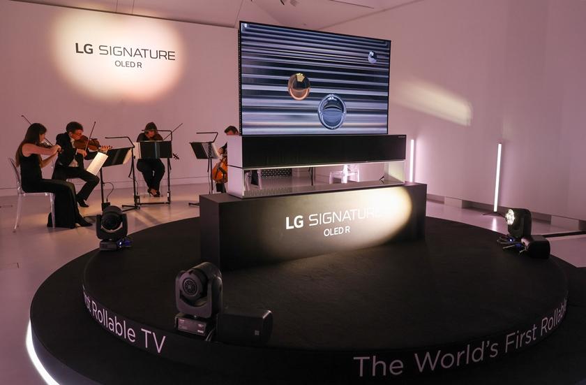 LG 시그니처 올레드 R가 런던을 대표하는 로열 필하모닉  오케스트라의 연주와 함께 무대에서 소개되고 있는 모습.