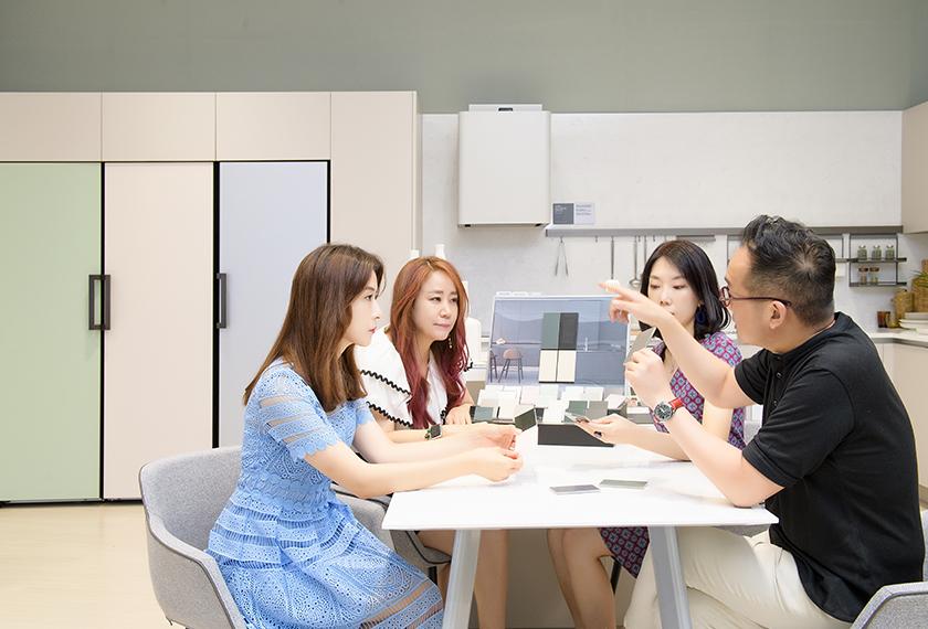 LG 오브제컬렉션의 CMF에 대해 논의 중인 디자이너들