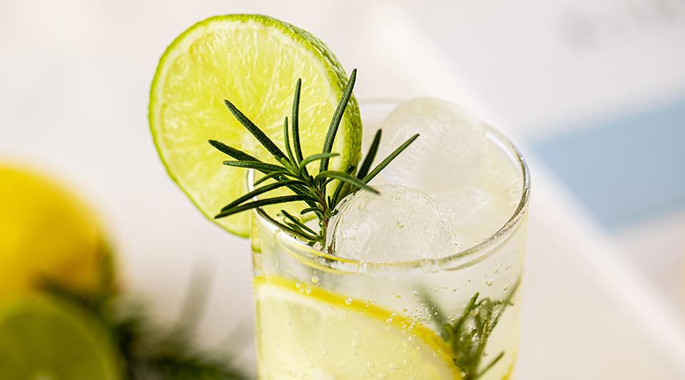 아름다운 형태로 많은 음료 소비자들의 사랑을 받고 있는 구 형태 얼음
