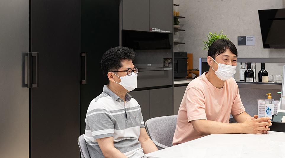 (왼쪽부터) LG 디오스 얼음정수기냉장고의 크래프트 아이스 기능을 개발한 이욱용 책임연구원과 연동환 선임
