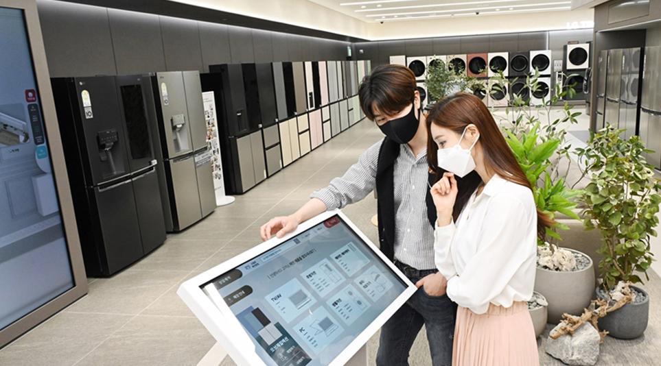 직원이 없을 때에도 키오스크를 활용하여 정보를 제공받을 수 있는 LG전자 베스트샵 무인매장
