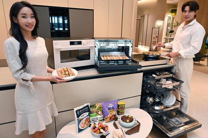 모델들이 요리가 쉬워지는 LG 디오스 광파오븐 오브제컬렉션, LG 디오스 전기레인지와 설거지 부담을 덜어주는  LG 디오스 식기세척기 오브제컬렉션을 소개하고 있다.