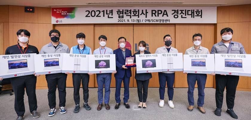 김병수 LG전자 동반성장담당(왼쪽에서 다섯 번째), 김유숙 엠에스이 대표이사(네 번째) 등이 기념촬영을 하고 있다.