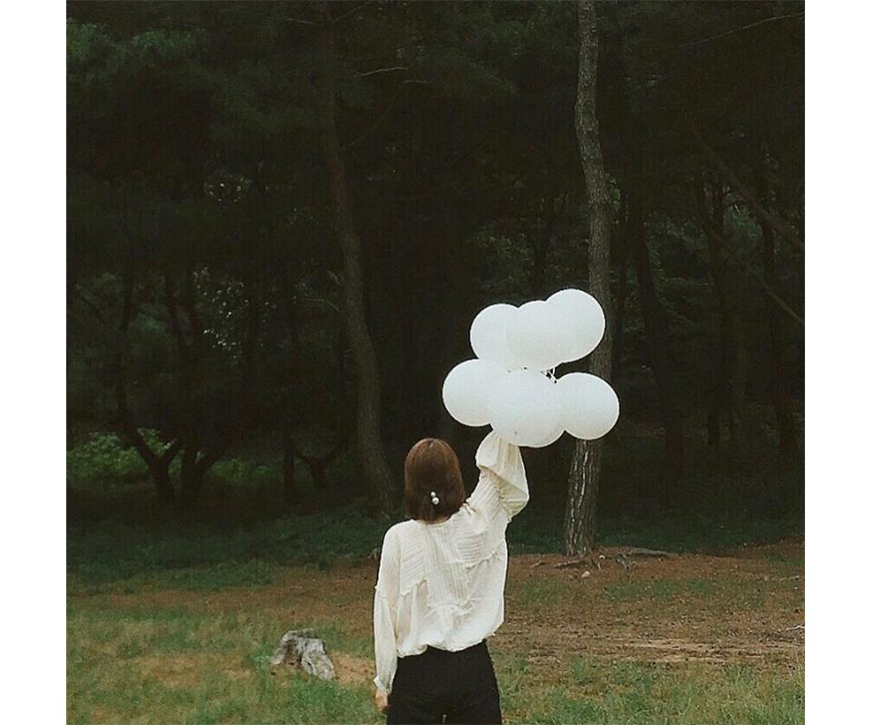 하얀 풍선을 들고 있는 시현 작가의 뒷모습