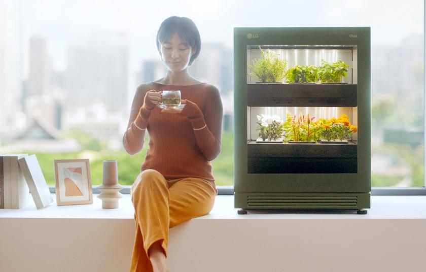 LG전자가 14일 출시한 신개념 식물생활가전 'LG 틔운(LG tiiun)'