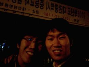 두형제가 미소를 지으며 찍은 사진