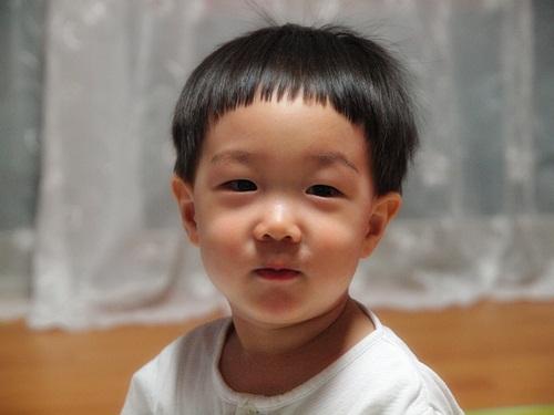이발하고난 후 어린 아이의 정면 사진