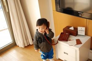 전화기들 들고 있는 꼬마 아이의 모습