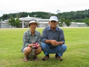 부모님이 잔디밭에 앉아있는 사진