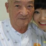 할아버지와 함께 찍은 사진