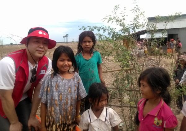 캄보디아 아이들과 찍은 사진
