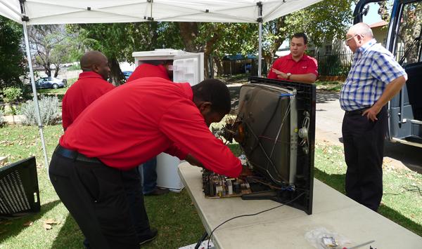 가전제품을 수리하고 있는 서비스 기사들의 모습