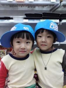두 어린 아이 사진