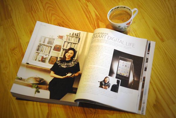잡지가 펼쳐져 있는 사진