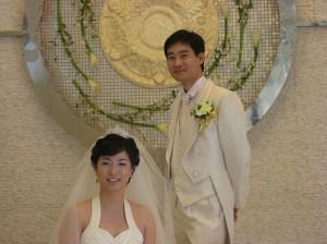 결혼식장 들어가기전 드레스를 입은 신부와 턱시도를 입은 신랑의 사진