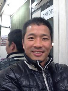 해맑게 웃고있는 성인 남자의 사진