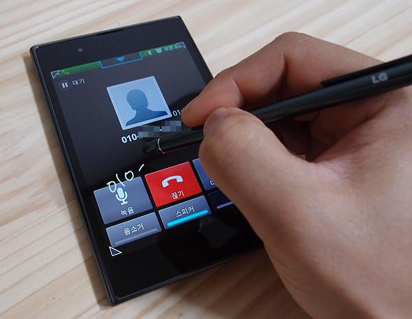 옵티머스 뷰 폰으로 전화 통화중 메모를 하고 있는 사진