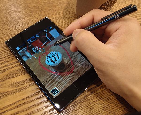 옵티머스 뷰 화면에 그림을 그리고 있는 사진