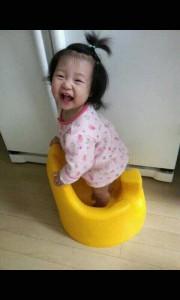 꼬마 아이가 웃고있는 사진