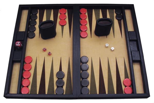 백가본 사진 /> <p>드라마 시리즈 &lt;로스트&gt;를 보면 호주에서 떠난 비행기가 열대의 섬에 추락한다. TV도 게임기도 없는 무인도, 흑인 소년 월터는 심심해서 견딜 수가 없다. 그러자 대머리 아저씨 로크가 백가몬(Backgammon)이라는 게임을 꺼낸다. 두 개의 주사위를 굴려 판 안에 있는 말을 움직여 먼저 밖으로 빼내면 이기는 게임인데, 5천년 전 페르시아에서 만들어져 아직도 세계인들의 사랑을 받고 있다. 컴퓨터 게임은 웬만큼 인기가 있어도 1, 2년 사이에 사라져버리기 일쑤다. 그러나 보드 게임은 간단하지만 정교한 룰로 놀라운 생명력을 이어오고 있다.</p> <p>지금 세계인들이 즐기는 인기 보드게임의 상당수는 독일에서 만들어졌다. 추운 날 실내에서 맥주를 마시며 노는 것을 좋아하는 민족성 때문이리라. 국내에 보드게임이 처음 소개되었던 10년 전에는 독일어판이나 영어판의 매뉴얼을 머리에 쥐가 나도록 번역하기도 했다. 하지만 지금은 상당수의 게임이 한글로 번역되어 있어, 아주 간편하게 즐길 수 있다.</p> <img class=