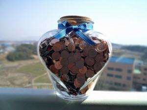동전들은 유리항아리 사진