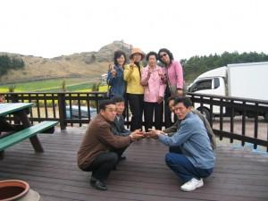 네쌍의 부부가 함께 찍은 가족사진