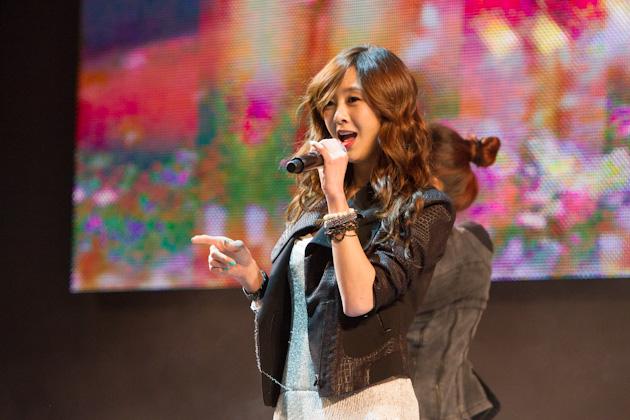가수 지나씨의 공연하는 모습2