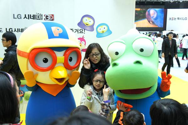 LG 3D 월드페스티벌 행사장에 만화 캐릭터 뽀로로와 관객이 사진찍는 모습