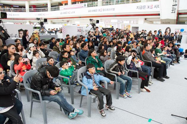 3D 공연을 관람하고 있는 관람객들의 모습