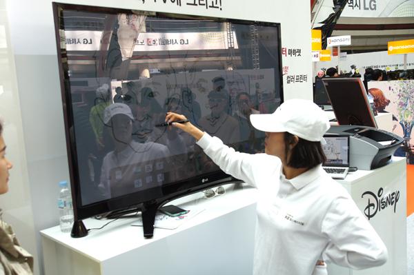 LG 3D 월드페스티벌 현장에서 캐리커쳐를 TV에 그리고 있는 모습