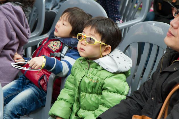 3D 공연을 관람하고 있는 아이들의 모습