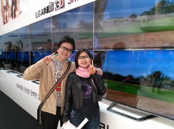 LG 3D 월드페스티벌 현장에 3D TV 앞에서 3D 안경을 끼고 다정하게 사진을 찍고있는 남녀 모습