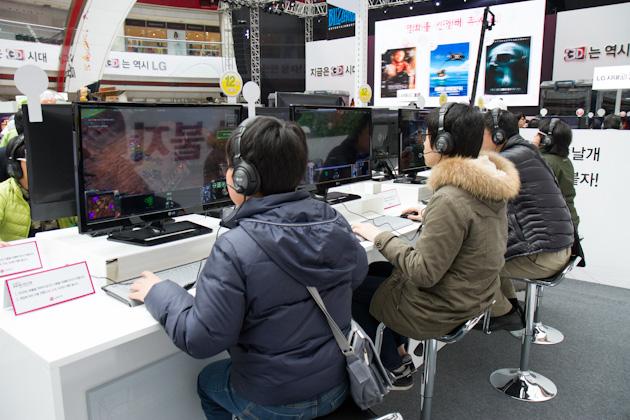 3D 영상을 체험중인 관객들의 사진