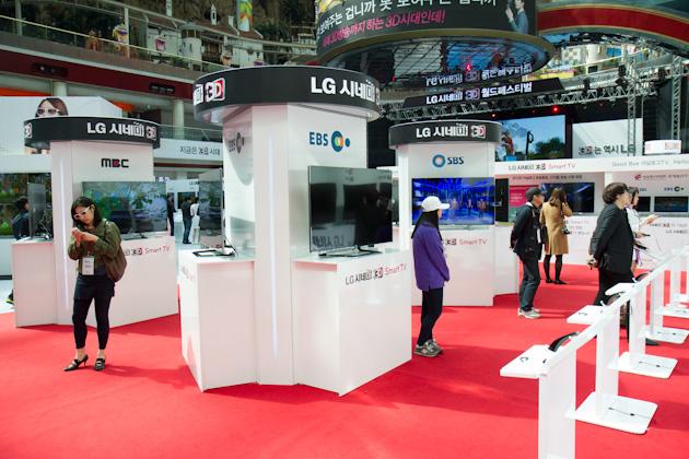 3D TV를 체험하고 있는 관객들의 사진1