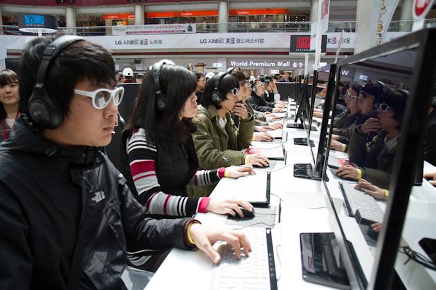 블리자드 디아블로3 체험존을 체험중인 관객들 사진2