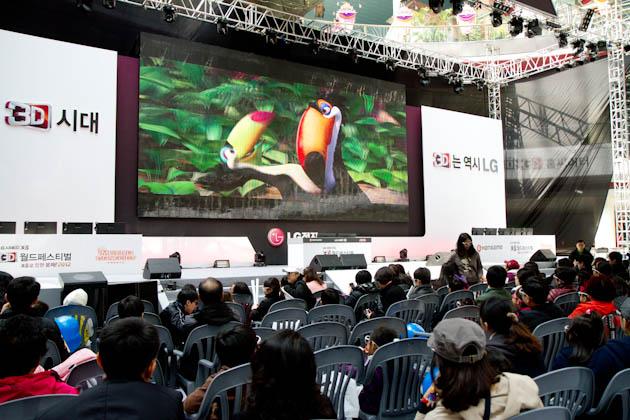 3D 애니메이션 '리오'를 관람하고있는 관객들의 모습