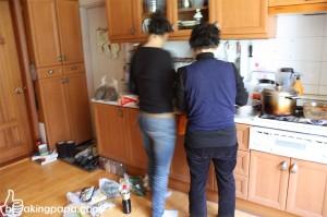 주방에서 요리를 하고있는 모습
