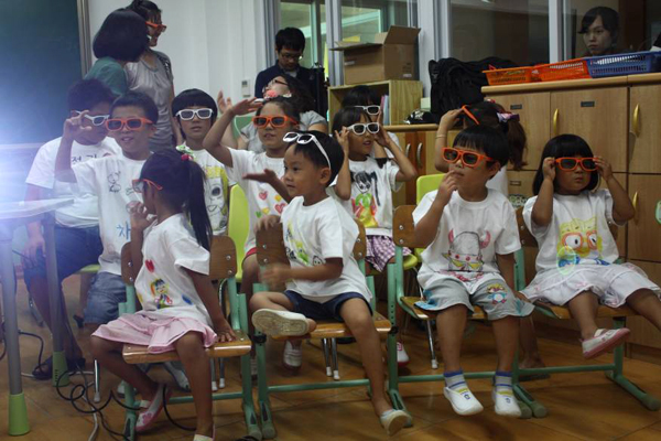 세브란스 어린이 병원 아이들이 3D 영화를 관람하는 모습