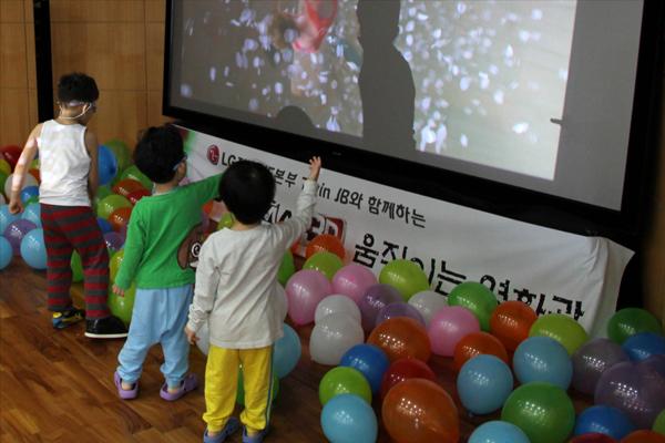 3D 영상을 신기해 하는 아이들이 모습
