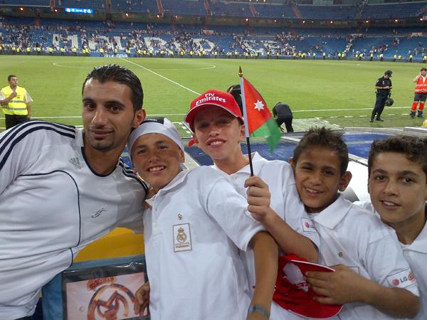 축구선수와 어린이들이 같이 찍은 사진