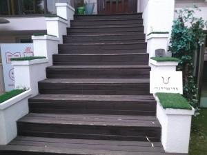 실내로 들어가는 계단 사진