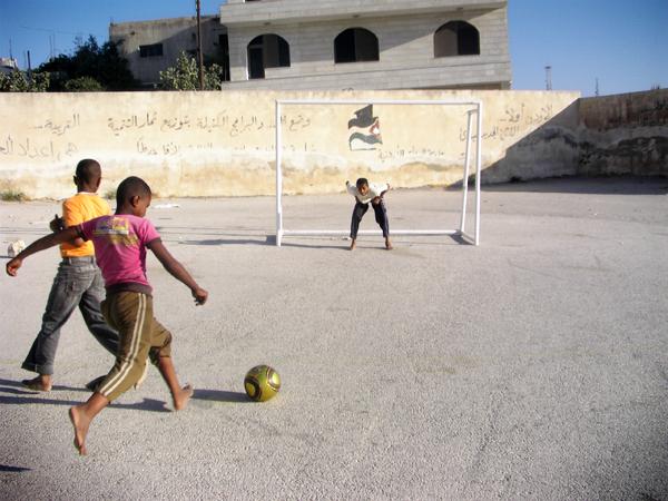 중동지역 어린이들의 축구 하는 사진1