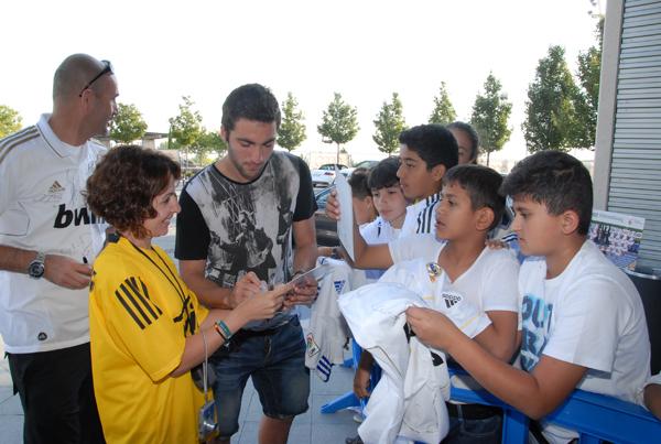 축구선수의 싸인을 받고 있는 어린이들의 사진