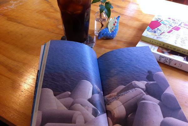 펼쳐놓은 책 사진