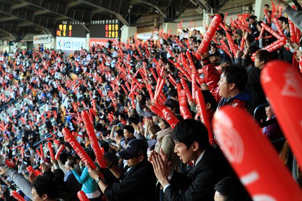 경기장의 위쪽 관람석에서 찍은 열광적인 응원중인 수 많은 LG팬들의 모습이다.
