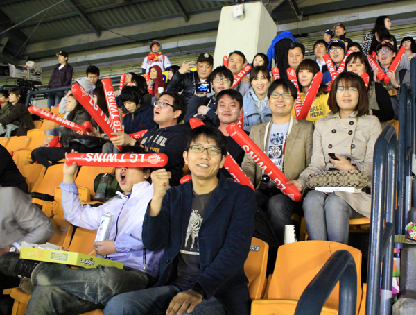 응원석에 앉아서 기념사진을 찍은 더블로거들의 모습이다.